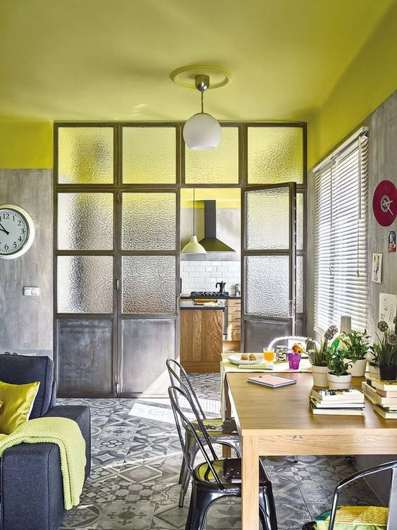 7 tips para iluminar espacios sin ventanas o con poca luz for Como decorar un departamento chico con poca plata