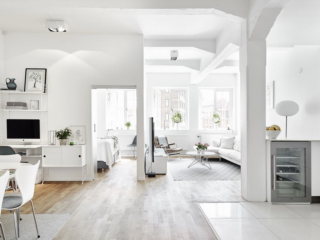 Total white en un apartamento n rdico con una azotea exclusiva for Decoracion apartamento pequeno estilo minimalista