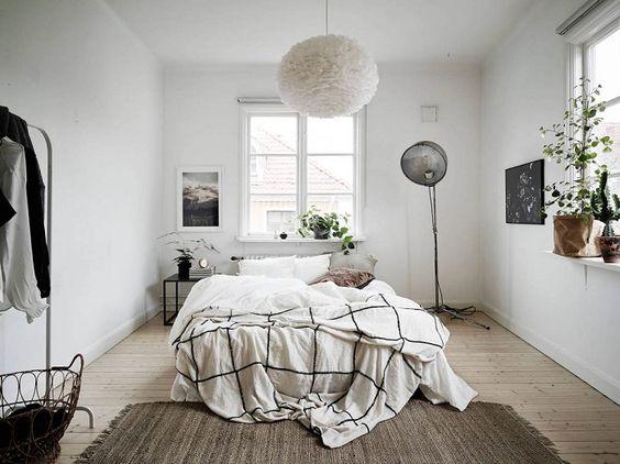 Un simple estante como alternativa al cabecero de cama